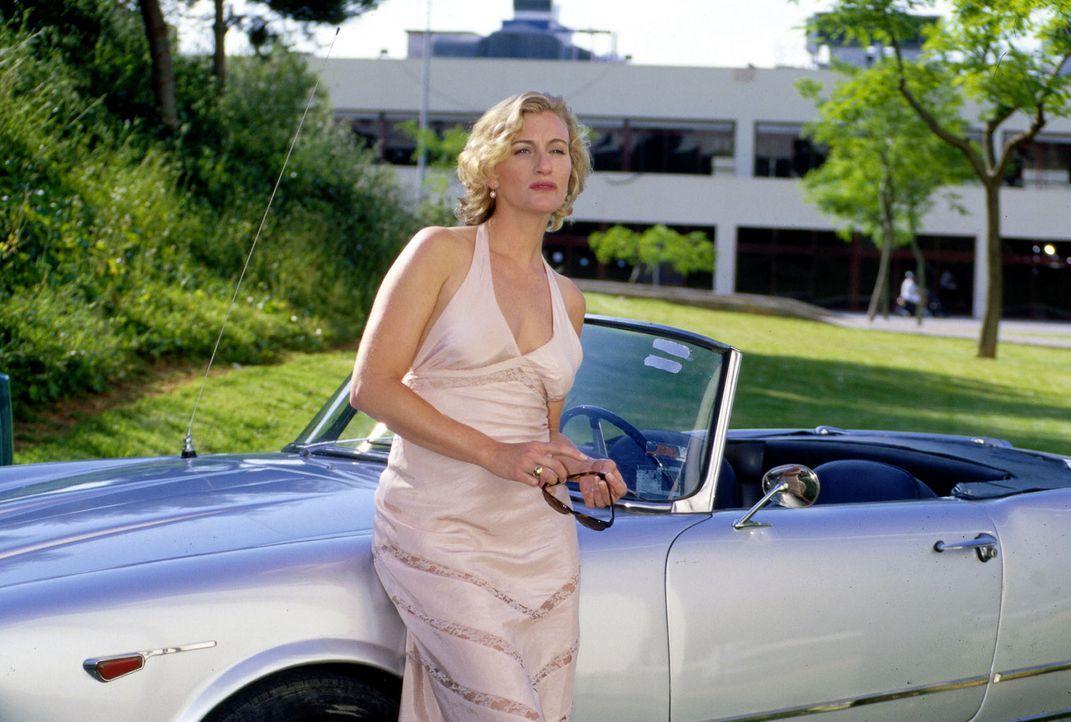 Maren Bernau (Susanne Wilhelmina) holt ihren Mann vom Flughafen ab. - Bildquelle: Frank Hempel Sat.1