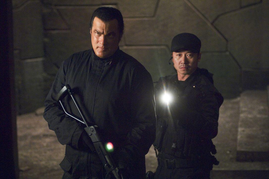 Schon bald stößt Marshall Lawson (Steven Seagal, l.) auf CTX Majestic, eine verdeckte Militäroperation, die so geheim ist, dass das Militär nun Laws... - Bildquelle: Sony Pictures Home Entertainment