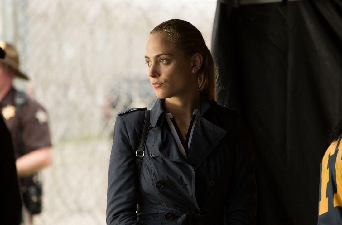 Nicht nur der Dorfpolizist nervt sie, sondern auch das Misstrauen von Mitch: Chloe (Nora Arnezeder) ... - Bildquelle: Steve Dietl 2015 CBS Broadcasting Inc. All Rights Reserved.
