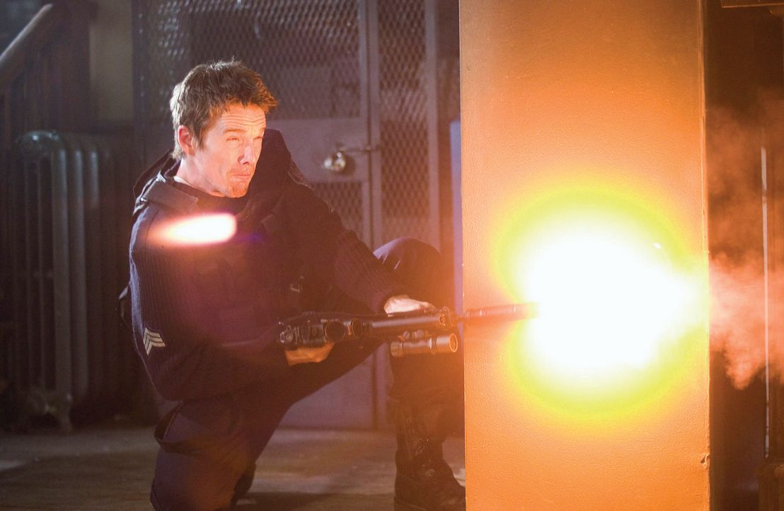 Ein Kampf auf Leben und Tod beginnt zwischen Officer Sergeant Jake Roenick (Ethan Hawke) und seinen Kollegen ...