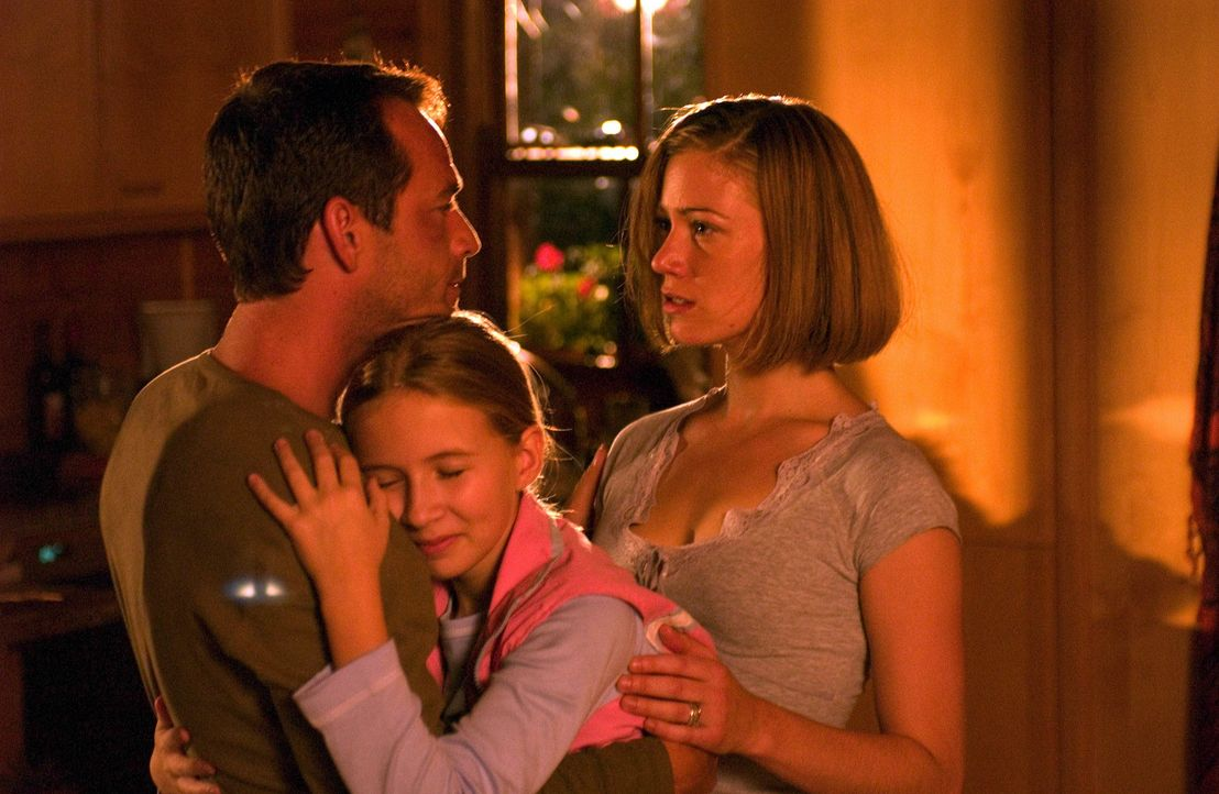 Noch ahnt Familie Richardson nicht, dass der Alptraum ihres Lebens längst begonnen hat: (v.l.n.r.) Chris (Luke Perry), Haley (Eliza Bennett) und Br... - Bildquelle: Hallmark Entertainment