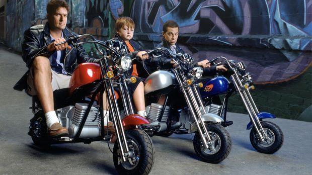 (4. Staffel) - Harte Männer: Charlie (Charlie Sheen, l.), Alan (Jon Cryer, r....