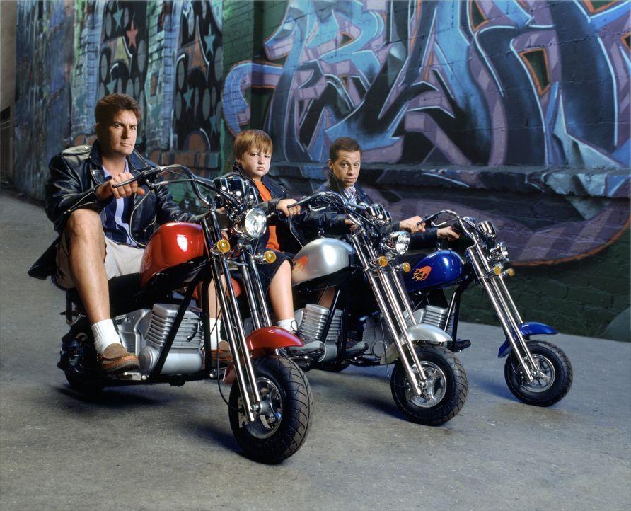 (4. Staffel) - Harte Männer: Charlie (Charlie Sheen, l.), Alan (Jon Cryer, r.) und Jake (August T. Jones, M.) ... - Bildquelle: Warner Brothers Entertainment Inc.
