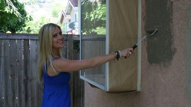 Christina El Moussa verpasst der Fassade einen neuen Anstrich ... © 2014,HGTV...