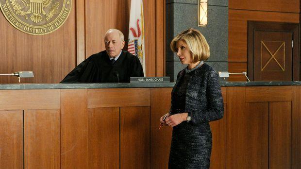 Kann Diane (Christine Baranski, r.) Richter Chase (Kenneth Tigar, l.) von dem...