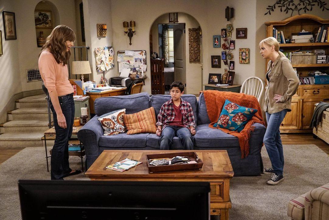 Da sowohl Christy (Anna Faris, r.) als auch ihre Mutter Bonnie (Allison Janney, l.) Probleme mit Drogen hatten, bekommt Roscoe (Blake Garrett Rosent... - Bildquelle: 2016 Warner Bros. Entertainment, Inc.