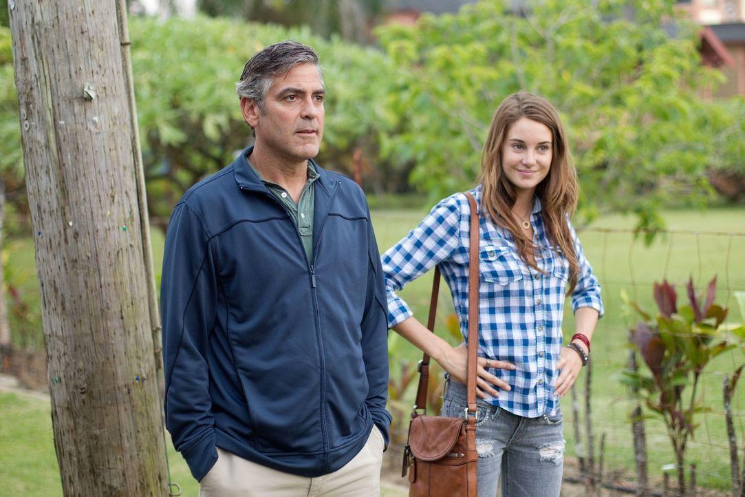 Kaum fällt seine Frau nach einem Motorbootunfall ins Koma muss Familienvater Matt King (George Clooney, l.) von seiner Tochter Alexandra (Shailene W... - Bildquelle: 2011 Twentieth Century Fox Film Corporation. All rights reserved.