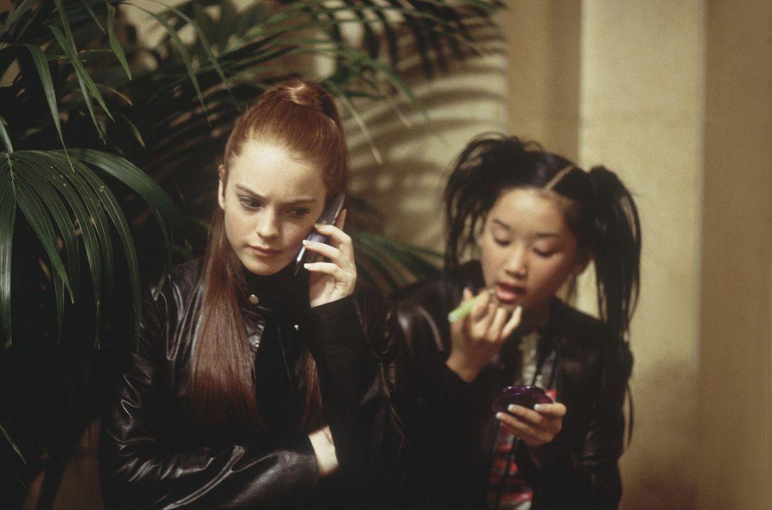 Gemeinsam versuchen Lexy (Lindsay Lohan, l.) und Jennifer (Brenda Song, r.), das mysteriöse Verschwinden ihres Lehrers aufzuklären ... - Bildquelle: Disney