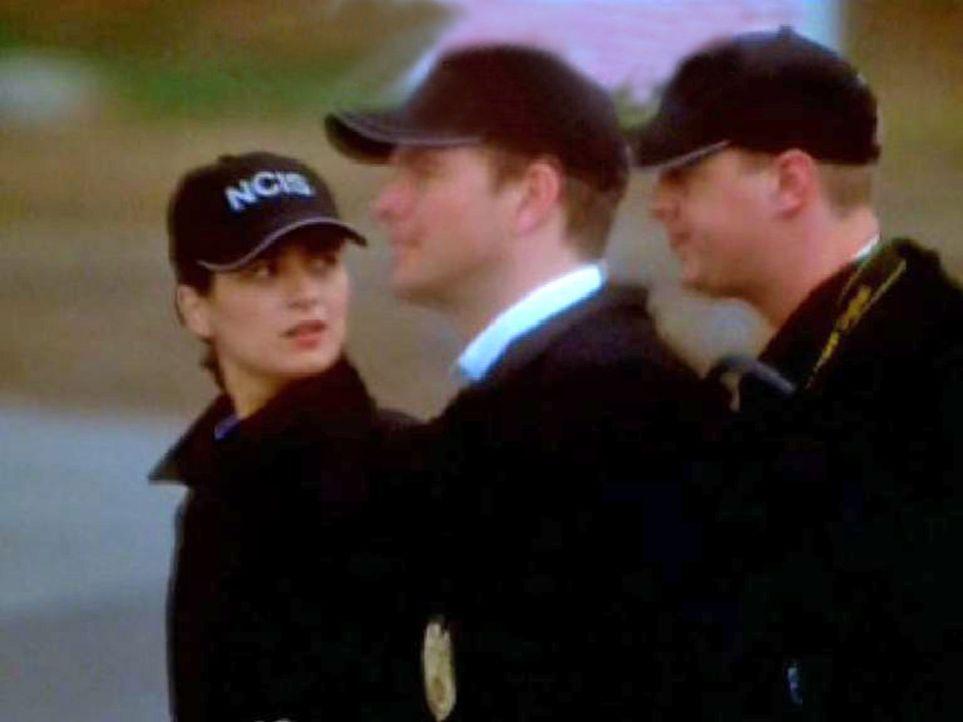 """Die Agenten Ziva David (Cote de Pablo, l.), """"Tony"""" DiNozzo (Michael Weatherly, M.) und McGee (Sean Murray, r.) auf dem Weg zum Fundort ... - Bildquelle: CBS Television"""