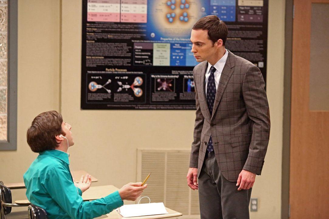 Sheldon (Jim Parsons, r.) muss unterrichten und Howard (Simon Helberg, l.) überrascht alle damit, dass er dabei die Schulbank drücken wird, während... - Bildquelle: Warner Brothers