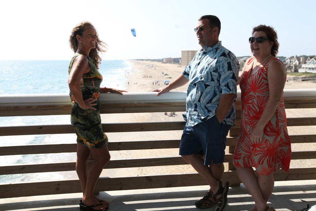 John (M.) und Tammy (r.) such nach einem Strandhaus, dass sie sich leisten können. Wird Immobilienmaklerin Wendy Pritchard (l.) das Traumhaus für si... - Bildquelle: 2013,HGTV/Scripps Networks, LLC. All Rights Reserved