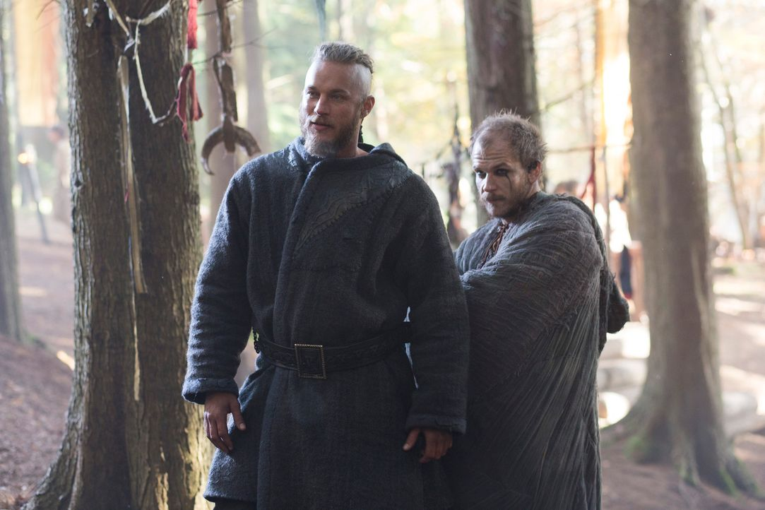 Um die Zukunftspläne ihrer Götter zu erfahren, begeben sich Ragnar (Travis Fimmel, l.), Floki (Gustaf Skarsgård, r.) und viele andere Wikinger auf e... - Bildquelle: 2013 TM TELEVISION PRODUCTIONS LIMITED/T5 VIKINGS PRODUCTIONS INC. ALL RIGHTS RESERVED.