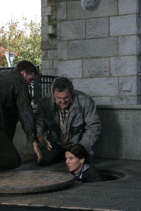 Können den hinterlistigen Mordgesellen über die Kanalisation entkommen: (v.l.n.r.) Nick (Tygh Runyan), Oliver (Beau Starr) und Bella (Tina Milo Mi... - Bildquelle: Hallmark Entertainment