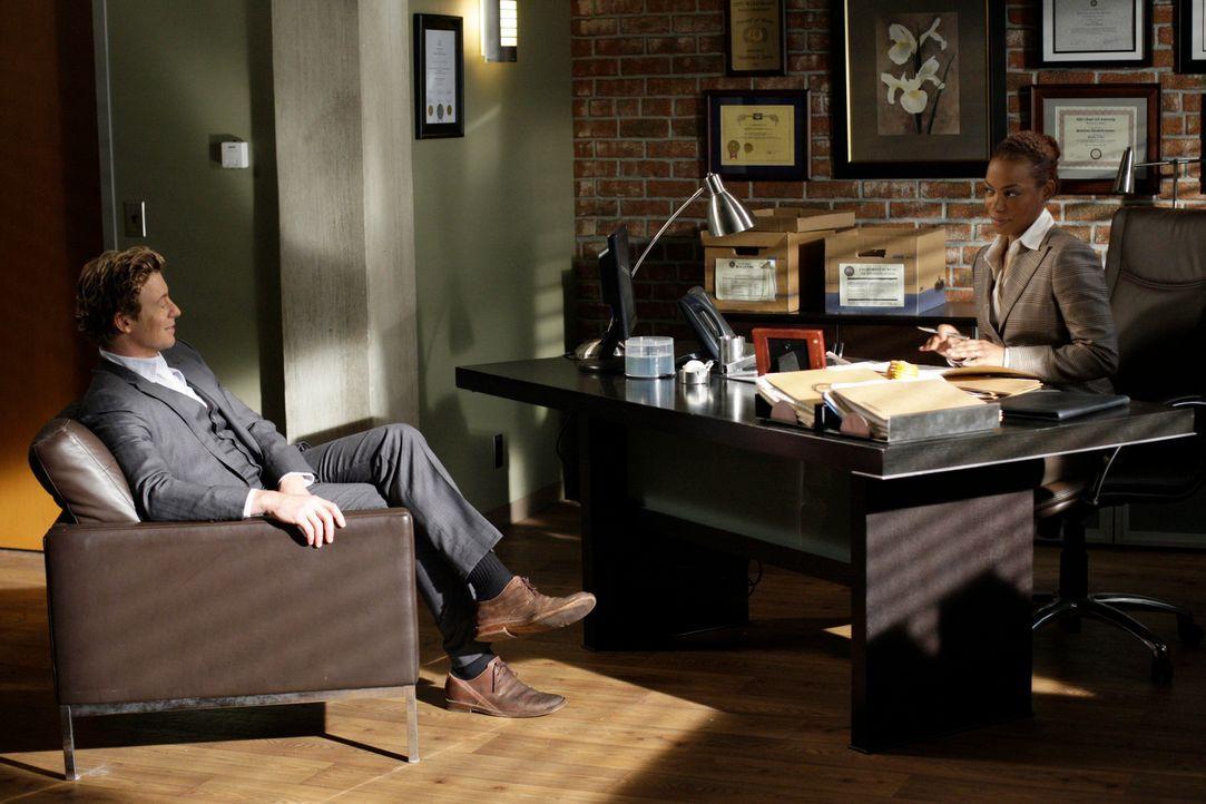 Treffen aufeinander: Patrick Jane (Simon Baker, l.) und die neue Abteilungsleiterin Madeleine Hightower (Aunjanue Ellis, r.) ... - Bildquelle: Warner Bros. Television