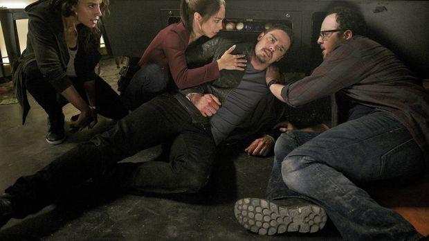 Nachdem ein Jäger versucht hat, Vincent (Jay Ryan) zu töten, geraten er, Tess...