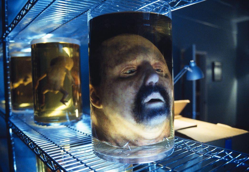 Als die beiden Agenten, Mulder und Doggett, ihn erneut aufsuchen wollen, finden sie nur noch Parentis (Steven Anderson) enthauptete Leiche. - Bildquelle: TM +   2000 Twentieth Century Fox Film Corporation. All Rights Reserved.