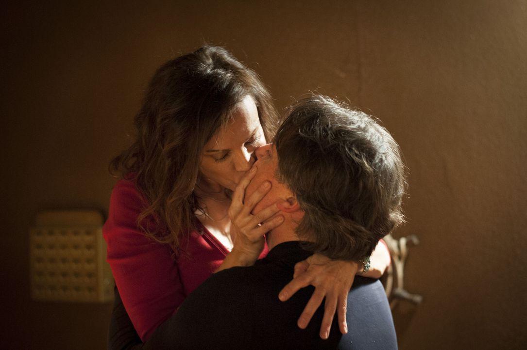 Kommen sich sehr nahe: Gabi (Sonja Kirchberger, l.) und Meisner (Robert Lohr, r.) ... - Bildquelle: Martin Rottenkolber SAT.1