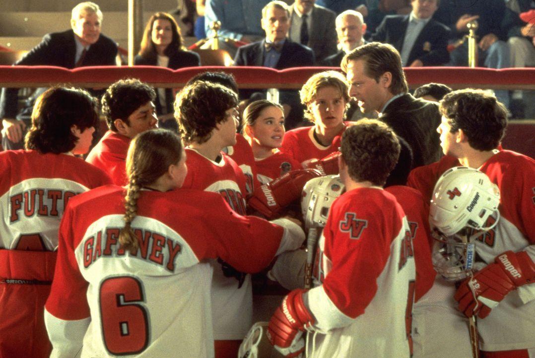 """Kann der strenge Trainer Coach Ted Orion (Jeffrey Nordling, 2.v.r.) den """"Mighty Ducks"""" helfen, zu ihrer alten Form zurückzufinden? - Bildquelle: Disney.  All Rights Reserved."""