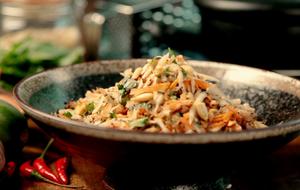 Dieser thailändische Salat mit grüner Papaya, getrockneten Garnelen, Karotten...