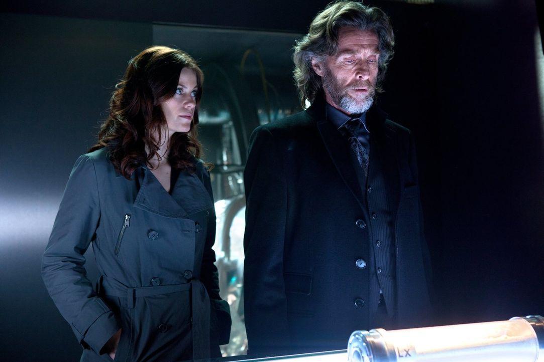 Können sich nicht einigen, wer LuthorCorp haben soll: Tess (Cassidy Freeman, l.) und Lionel (John Glover, r.) ... - Bildquelle: Warner Bros.