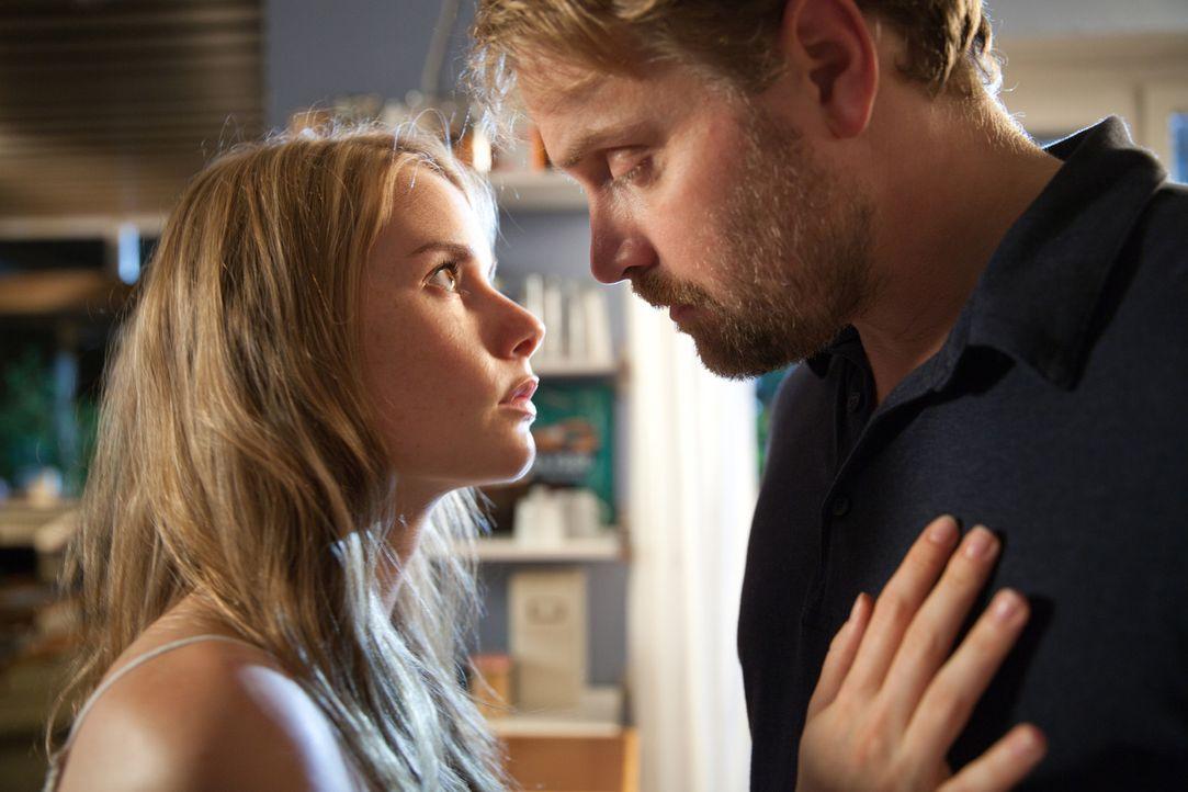 Immer wieder fühlt sich Frank (Janek Rieke, r.) zu Tamara (Anna Hausburg, l.) hingezogen. Für den treuen Ehemann und Vater eine Situation, die er... - Bildquelle: Maor Waisburd SAT.1