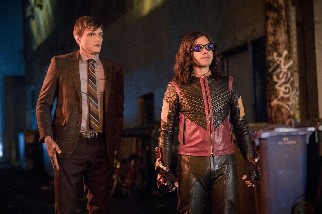 Cisco alias Vibe (Carlos Valdes, r.) muss sich dem Vater seiner Freundin in den Weg stellen, um nicht nur sein eigenes, sondern auch das Leben von R... - Bildquelle: 2017 Warner Bros.