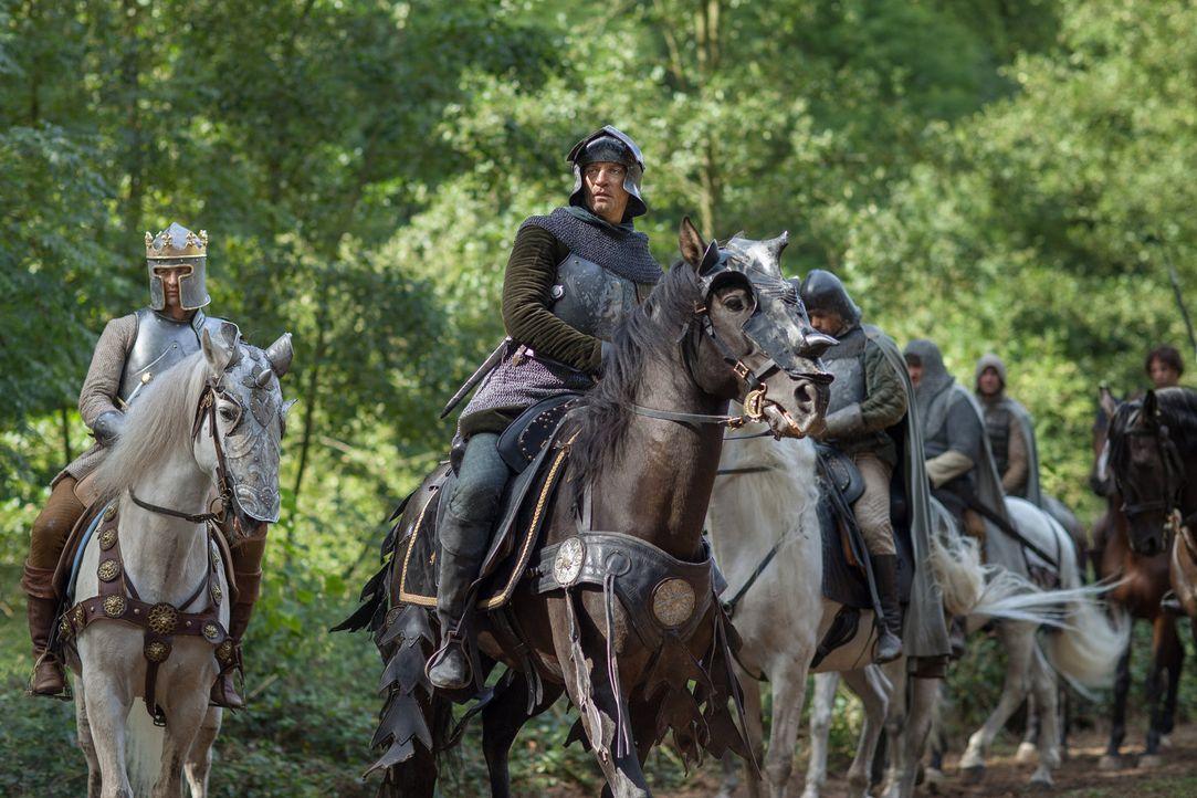 Lord Warwick (James Frain, r.) ist bewusst, dass König Edward (Max Irons, l.) ohne seine politischen Beziehungen niemals der Aufstieg gelungen wär... - Bildquelle: 2013 Starz Entertainment LLC, All rights reserved