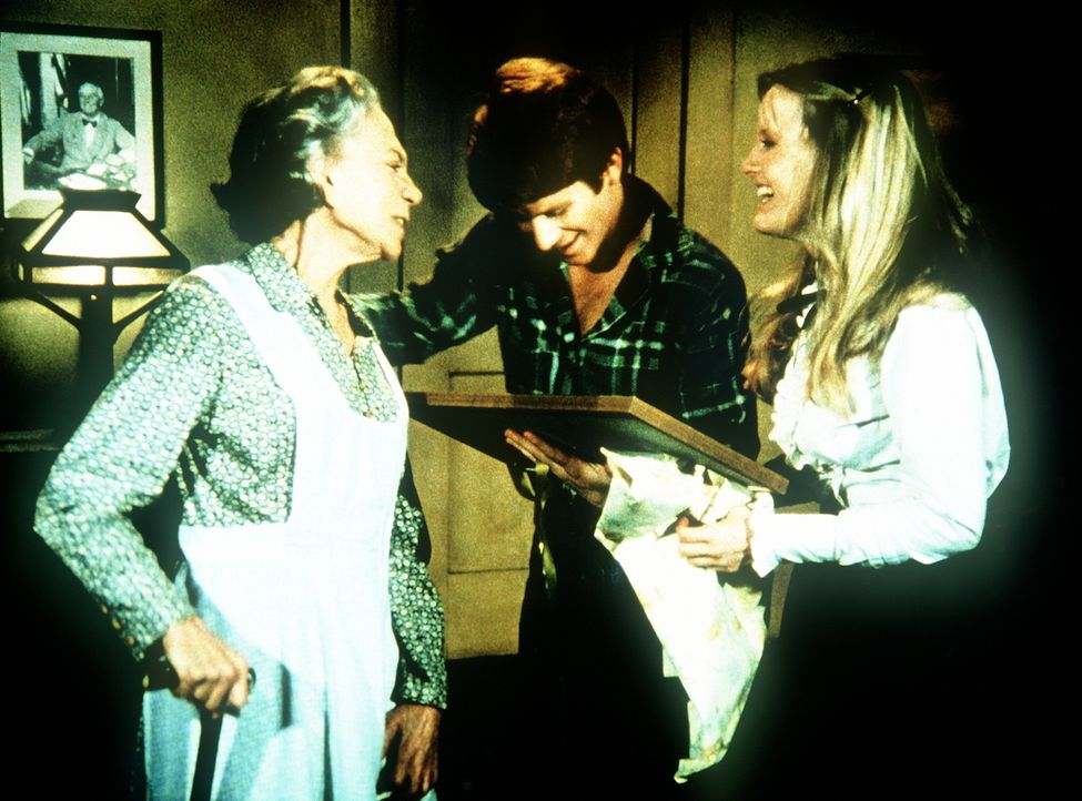 Großmutter (Ellen Corby, l.) hat Cindy (Leslie Winston, r.) und Ben (Eric Scott, M.) ein Hochzeitsgeschenk überreicht, um zu beweisen, dass keiner d... - Bildquelle: WARNER BROS. INTERNATIONAL TELEVISION