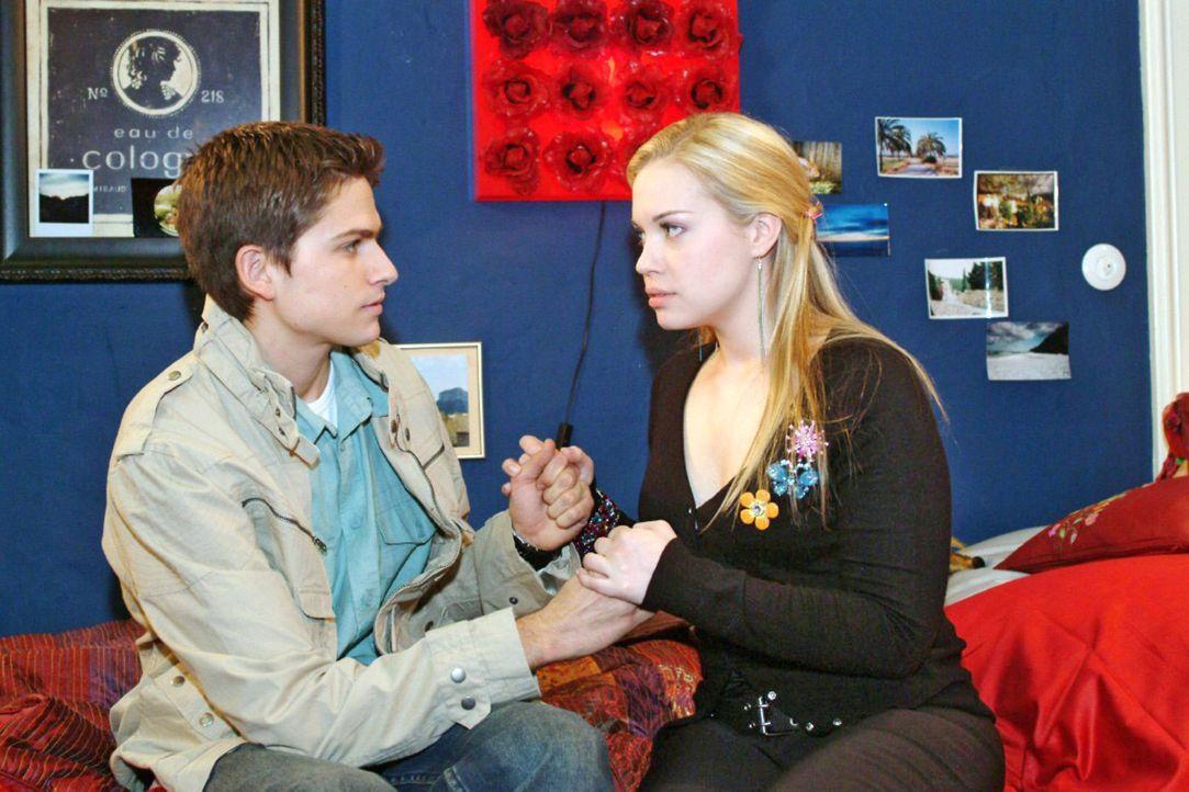 Verliebt und allein zu Haus: Timo (Matthias Dietrich, l.) und Kim (Lara-Isabelle Rentinck, r.) sind sich unschlüssig darüber, wie weit sie gehen w... - Bildquelle: Sat.1