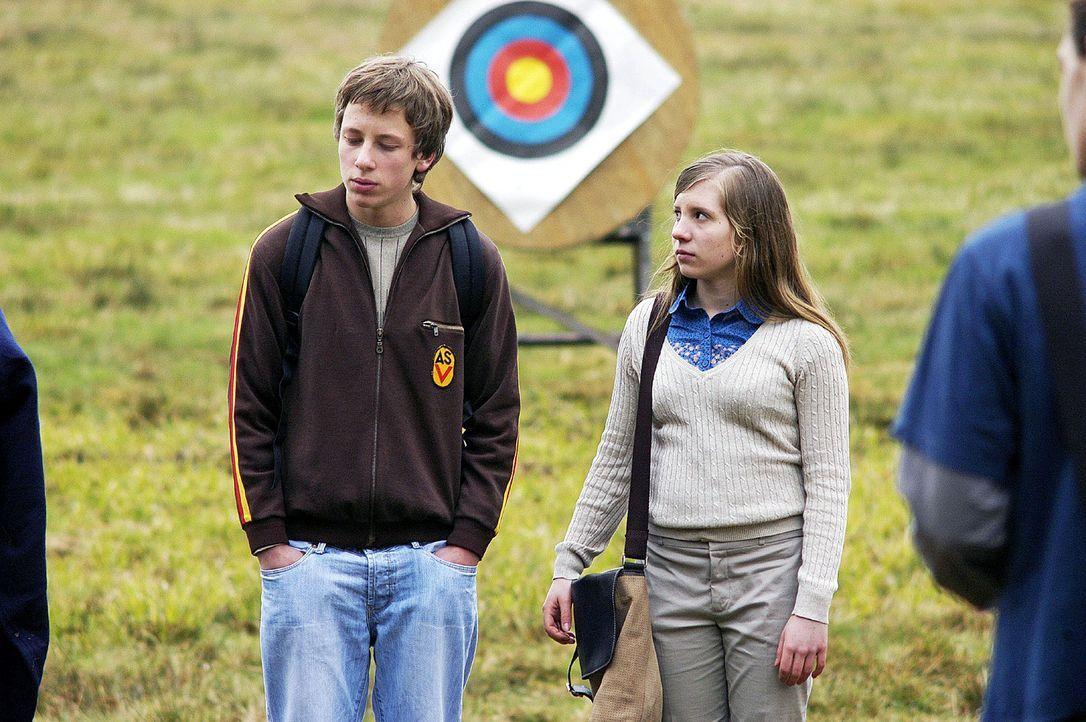 Beim Bogenschießen wird Maren klar, dass Frederic (Philipp Kubitza, l.) und Nina (Simone Burckhardt, r.) zu den Außenseitern zählen. - Bildquelle: Oliver Feist Sat.1
