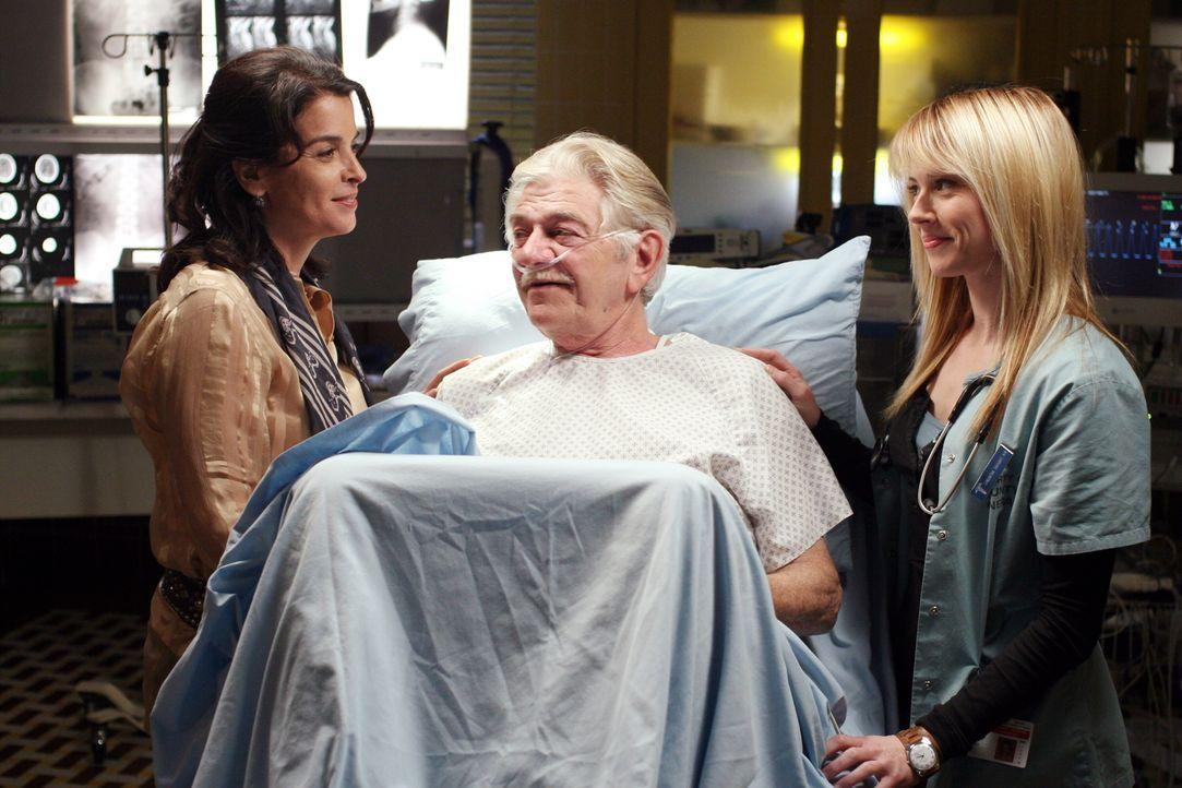 Mr. Gover (Seymour Cassel, M.), ein älterer Patient wird in Begleitung der jungen, äußerst hartnäckigen Fotografin Diana (Annabella Sciorra, l.)... - Bildquelle: Warner Bros. Television