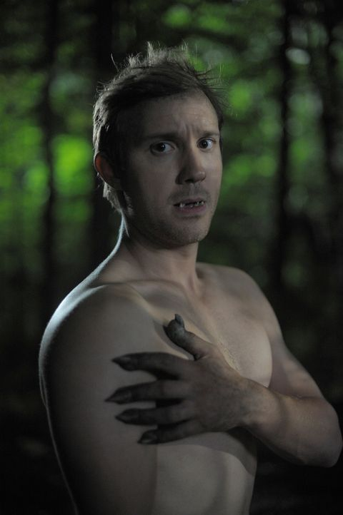 Josh (Sam Huntington) fährt mit Nora in den Wald, um sie an seiner Verwandlung in einen Werwolf teilhaben zu lassen. Doch dort sind sie nicht allein... - Bildquelle: Phillipe Bosse 2012 B.H. 2 Productions (Muse) Inc. ALL RIGHTS RESERVED.