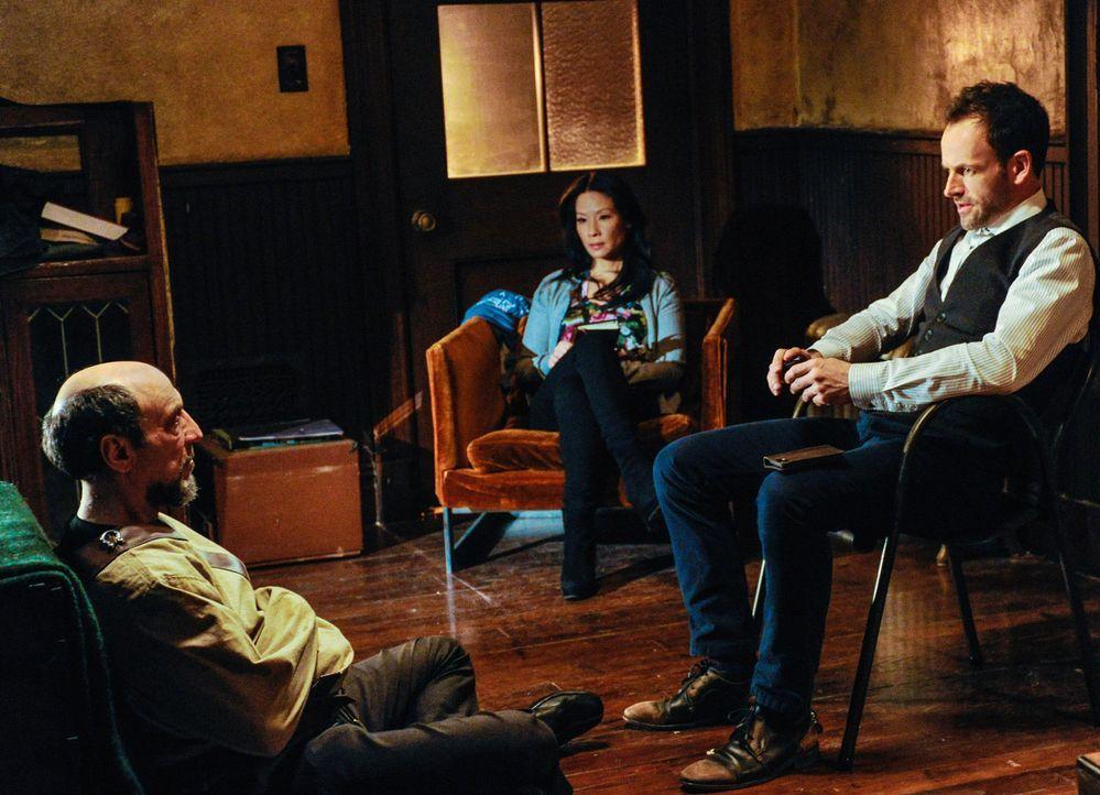Bei den Ermittlungen in einem neuen Fall, stoßen Sherlock Holmes (Jonny Lee Miller, r.) und Joan Watson (Lucy Liu, M.) auf Daniel Gottlieb (F. Murra... - Bildquelle: CBS Television