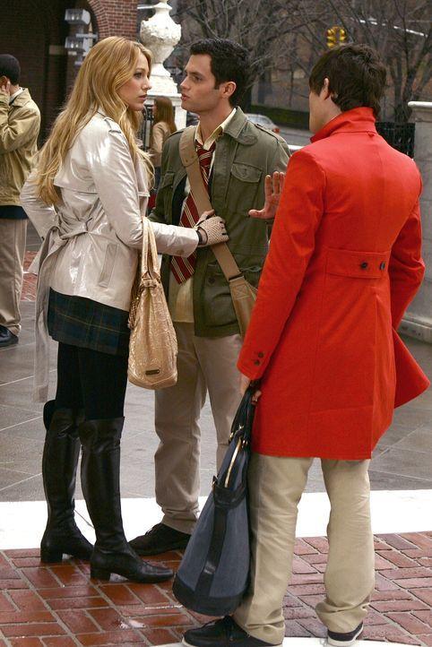 Nachdem Chuck (Ed Westwick, r.) Dan (Penn Badgley, M.) angelogen hat, um Serena (Blake Lively, l.) zu schützen, ist Dan sauer. Er weiß nicht, was... - Bildquelle: Warner Bros. Television
