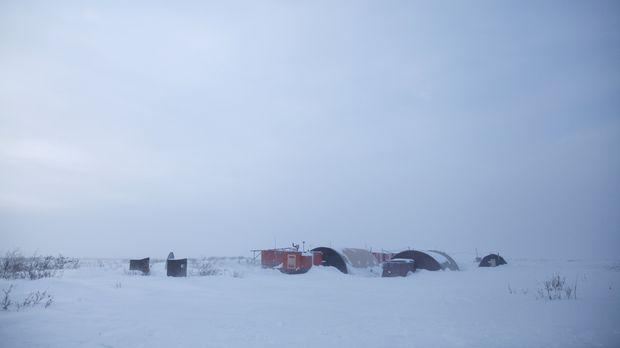 Das Zuhause von Sue in der weiten schneebedeckten Steppe bei Kavik, Alaska be...