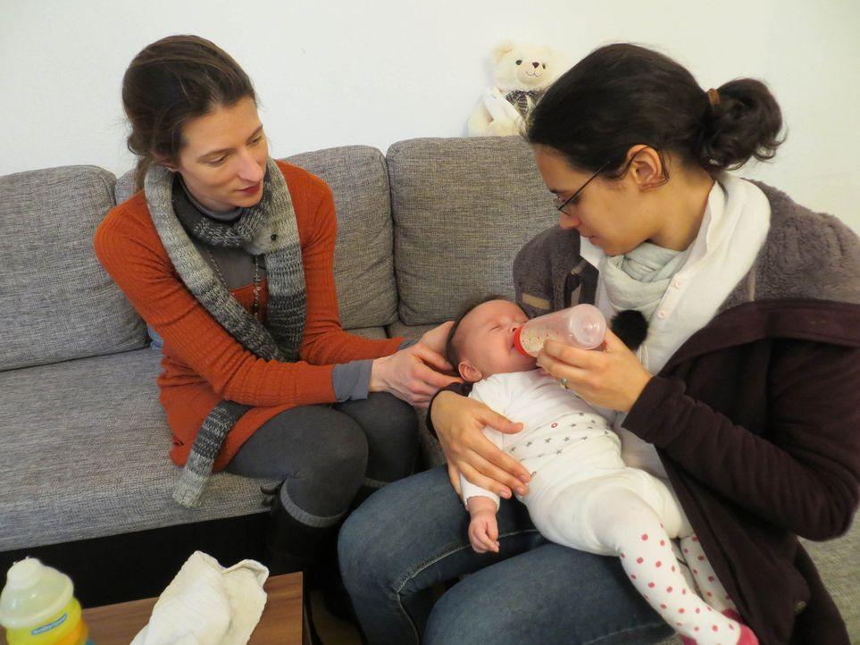 Mütter am Limit: Familienhebamme Julia Pagels (l.) steht der 19-jährigen Milena (r.) zur Seite ? - Bildquelle: SAT.1