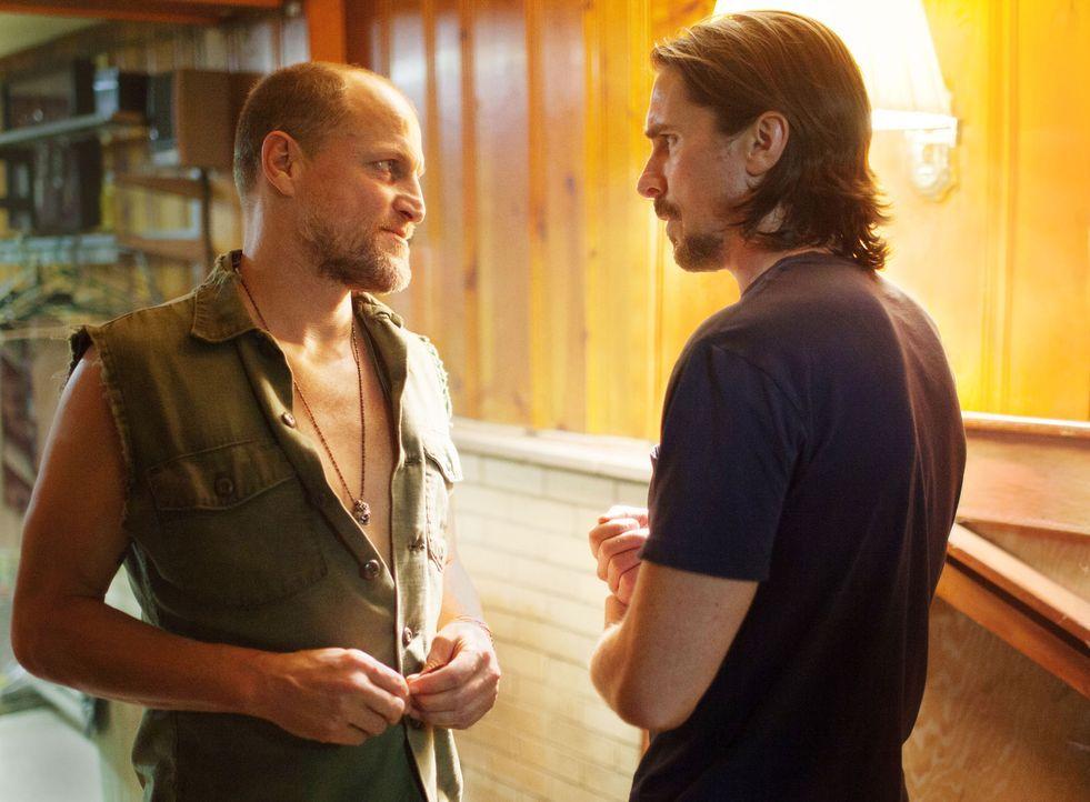 Als Russell (Christian Bale, r.) den Gangster Harlan DeGroat (Woody Harrelson, l.) kennenlernt, ist ihm schnell klar, dass dieser ein gefährlicher P... - Bildquelle: Kerry Hayes 2012 Relativity Media