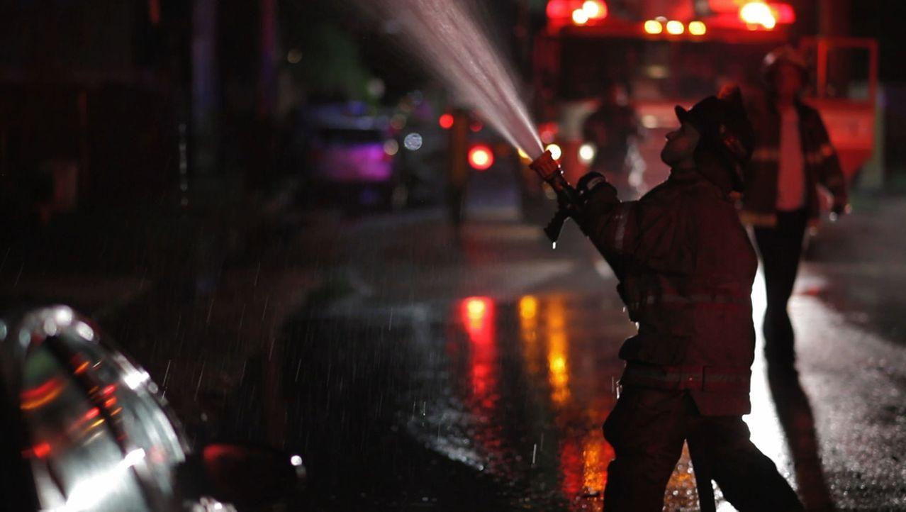 Jede Nacht gehen die Feuerwehrleute, Notfallmediziner und Polizeibeamten in New Orleans unzähligen Notrufen nach und riskieren zum Teil ihr eigenes... - Bildquelle: 2014 Wolf Reality, LLC and 44 Blue Productions, Inc.  All Rights Reserved.