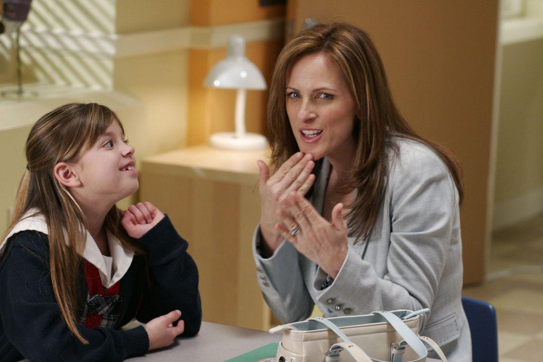 Lynette freundet sich mit der tauben Alisa Stevens (Marlee Matlin, r.) an, deren Tochter (Aria Wallace, l.) auf die gleiche Schule wie Porter und Pr... - Bildquelle: Touchstone Television