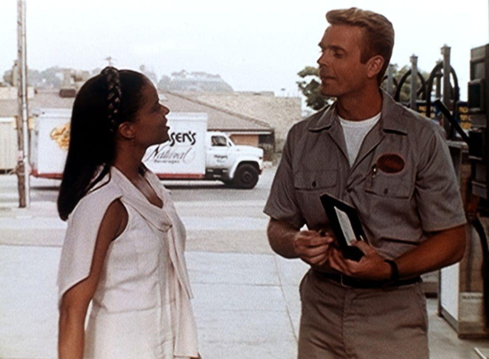 Amanda (Victoria Rowell, l.) flirtet unbefangen mit dem Tankwart Michael Dern (John Schneider, r.). - Bildquelle: Viacom