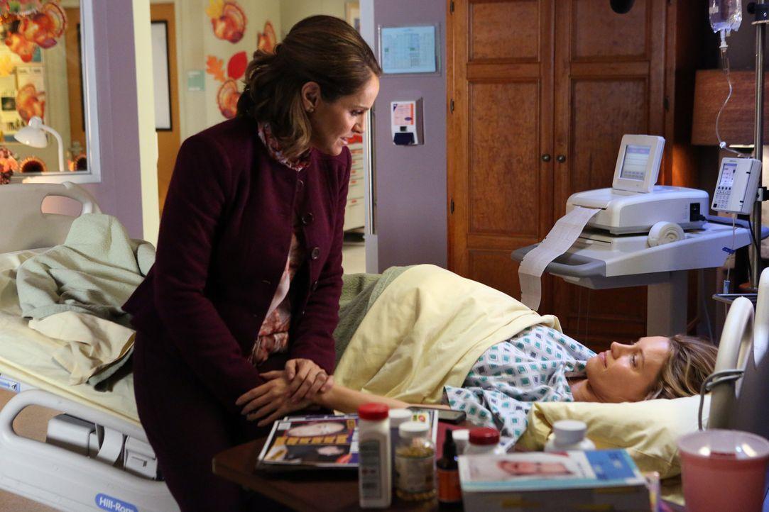 Charlotte (KaDee Strickland, r.) wurde zu Bettruhe verdonnert, sodass sie das St. Ambrose von dort aus leiten muss. Damit treibt sie Violet (Amy Bre... - Bildquelle: ABC Studios