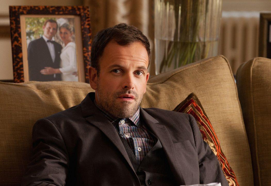 Wird nach London gerufen, um bei der Aufklärung eines Falles mitzuhelfen: Sherlock Holmes (Jonny Lee Miller) ... - Bildquelle: CBS Television
