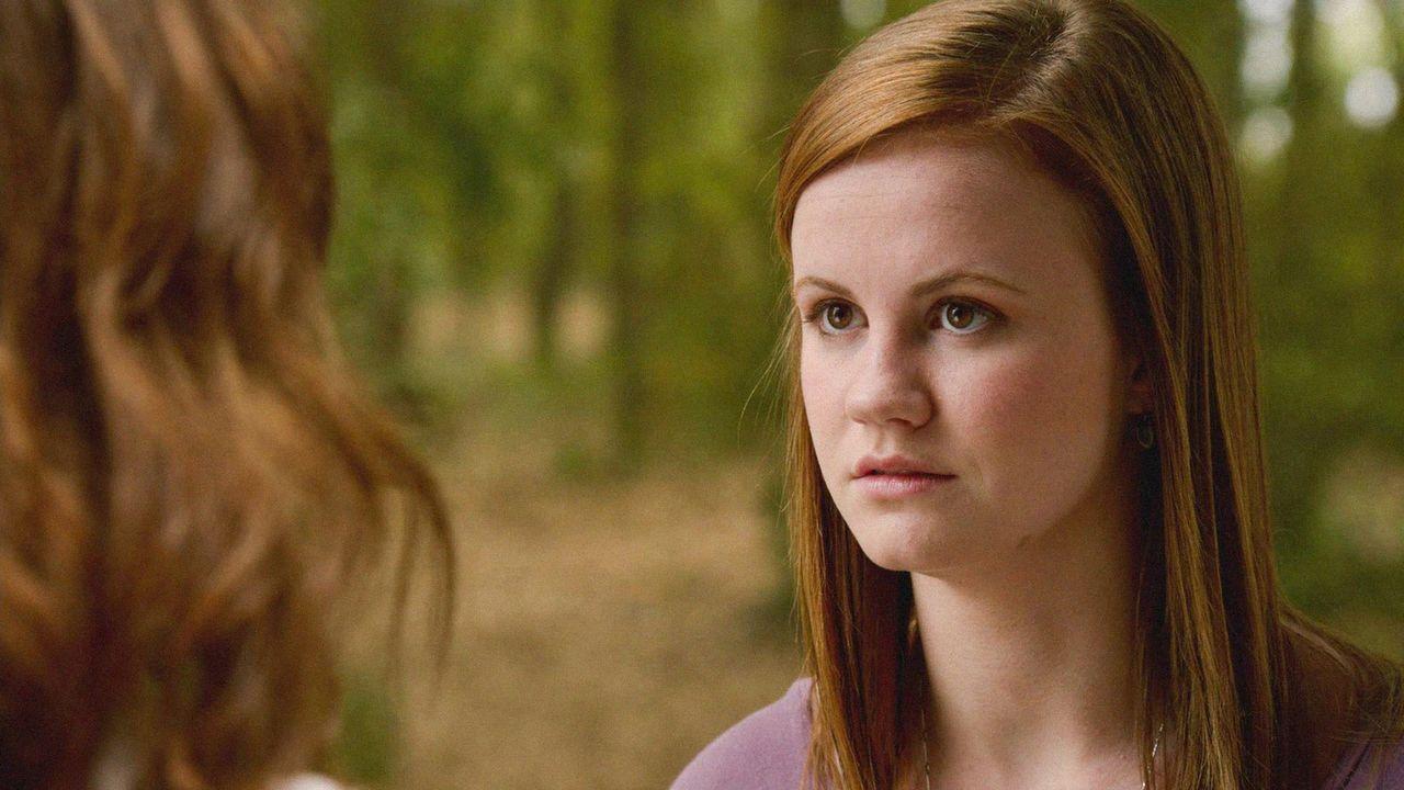 Als Norrie (Mackenzie Lintz) im Wald Joes Versuch beobachtet, Melanie zu trösten, bricht für sie eine Welt zusammen ... - Bildquelle: 2014 CBS Broadcasting Inc. All Rights Reserved.