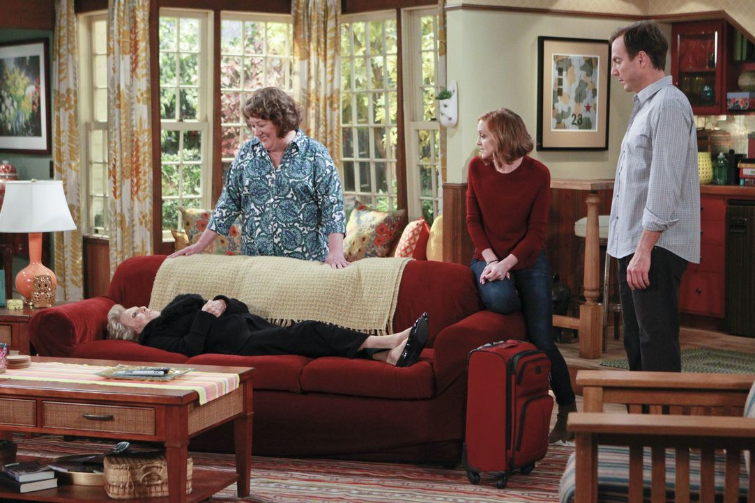 Carols Tante Louise (Cloris Leachman, l.) kommt zu Besuch, da sie auf eine Beerdigung muss, dabei stellt sie fest, dass sie bisher nichts erlebt hat... - Bildquelle: 2014 CBS Broadcasting, Inc. All Rights Reserved.
