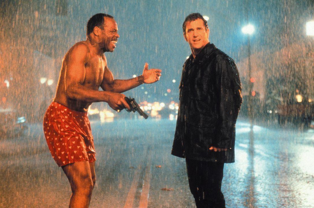 Ein neuer Fall wartet auf Roger Murtaugh (Danny Glover, l.) und Martin Riggs (Mel Gibson, r.). - Bildquelle: Warner Bros. Pictures