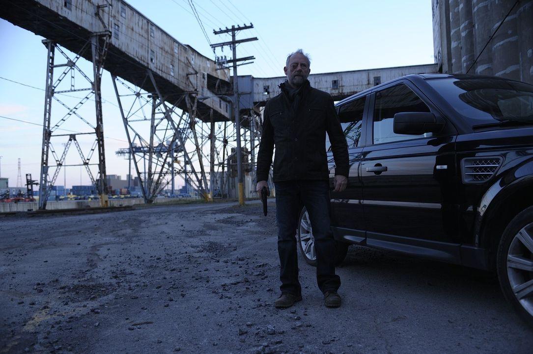 In ihren Flitterwochen werden Josh und Nora von Liam (Xander Berkeley), der sie zwingt, ihm wieder in die Stadt zu folgen, gestört ... - Bildquelle: Phillipe Bosse 2013 B.H. 2 Productions (Muse) Inc. ALL RIGHTS RESERVED.