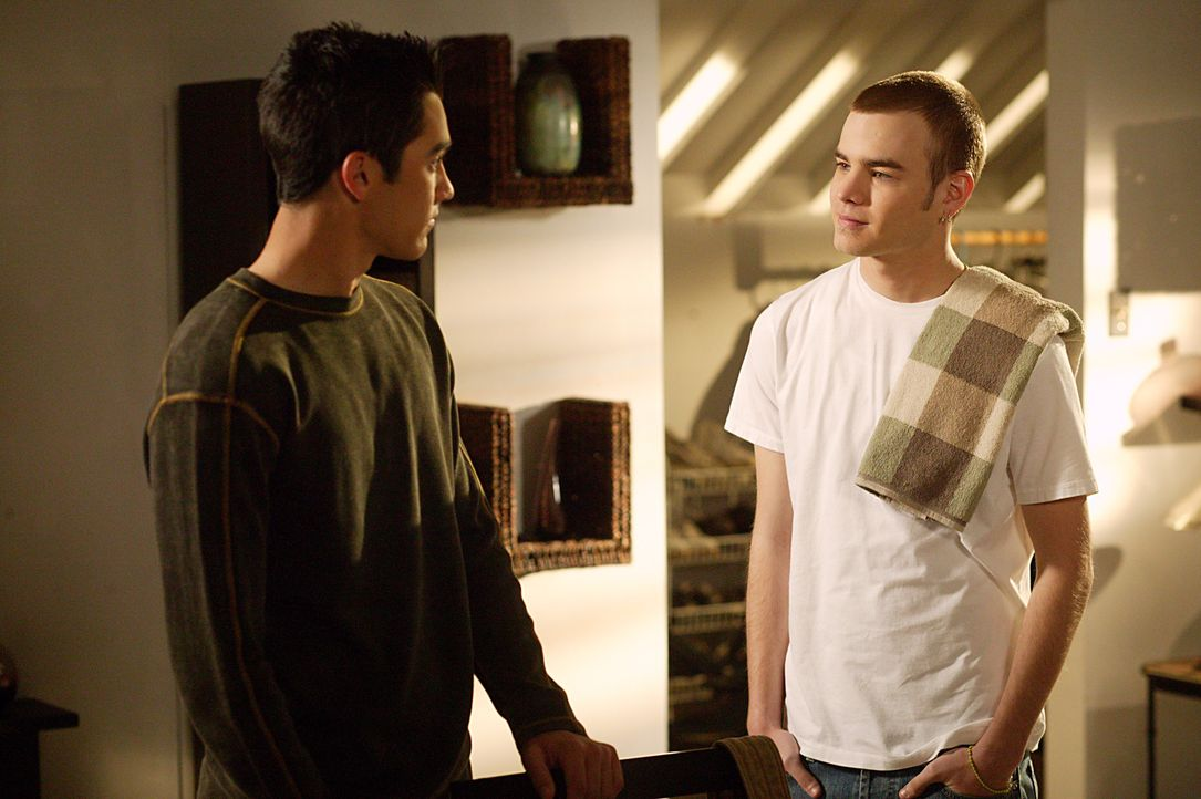 Simon (David Gallagher, r.) taucht überraschend zu Hause auf, weil er nicht alleine sein möchte. Unterdessen verpasst Martin (Tyler Hoechli, l.) ein... - Bildquelle: The WB Television Network