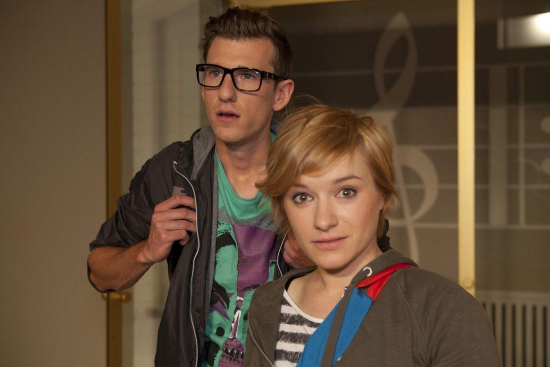 Was haben Emma (Kasia Borek, r.) und Hotte (Dennis Schigiol, l.) entdeckt? - Bildquelle: David Saretzki SAT.1