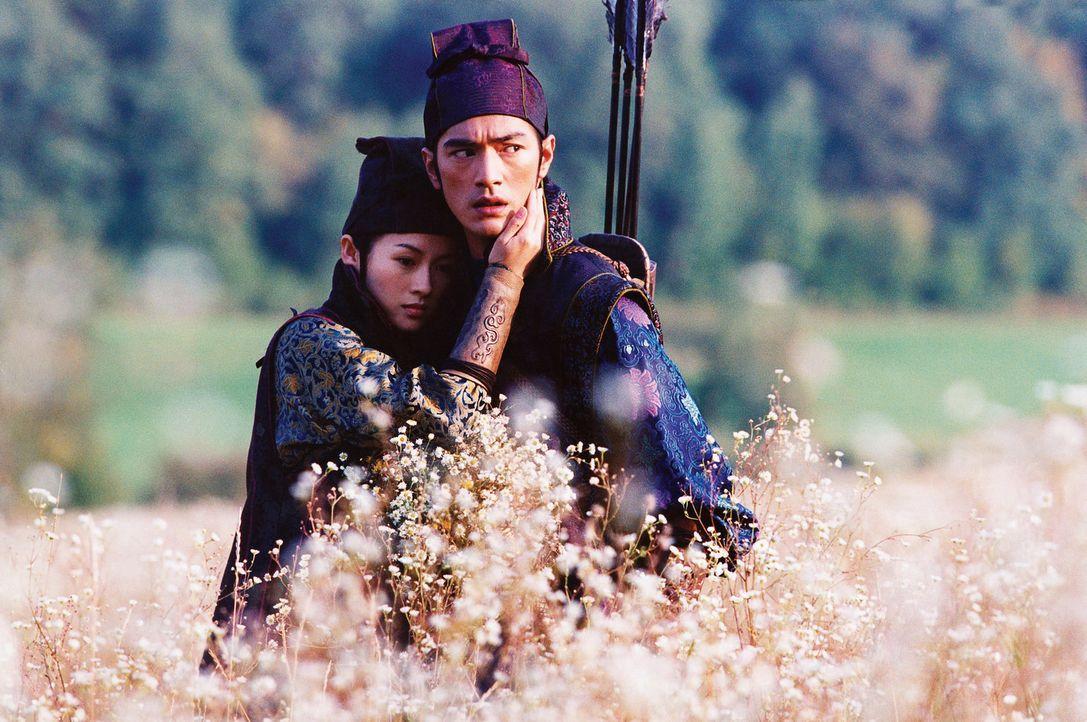 Der Plan gelingt: Jin (Takeshi Kaneshiro, r.) kann das Vertrauen von Mei (Zhang Ziyi, l.) gewinnen, und die gemeinsame Flucht vor den Truppen des Mi... - Bildquelle: Constantin Film