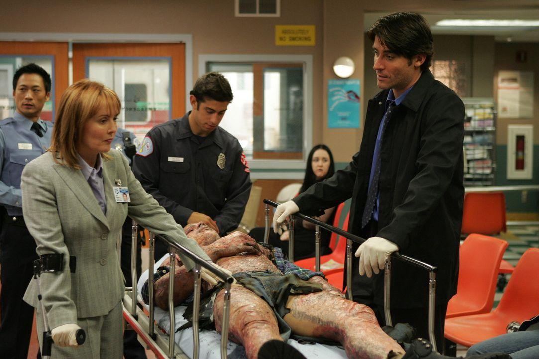 Versorgen einen Mann, der mit schwersten Verbrennungen ins County eingeliefert wurde: Kerry (Laura Innes, l.) und Luka (Goran Visnjic, r.) ... - Bildquelle: Warner Bros. Television
